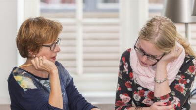 vrouw begeleid volwassene bij werken en leven en leren